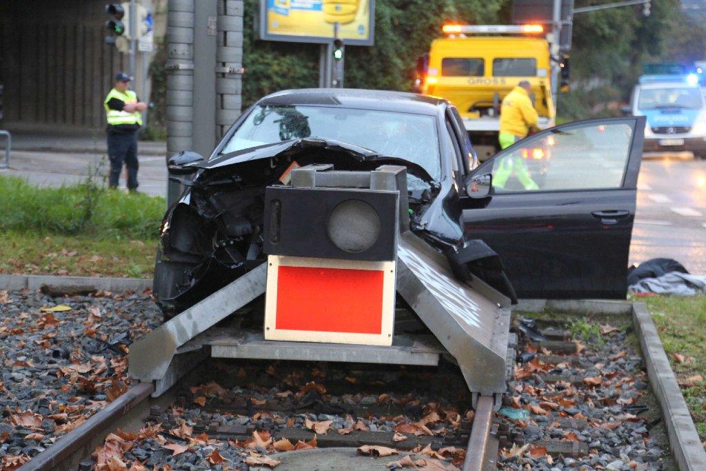 Warum der 35-Jährige mit seinem VW in Stuttgart-Untertürkheim von der Straße abkam, ist noch unklar. Foto: www.7aktuell.de |