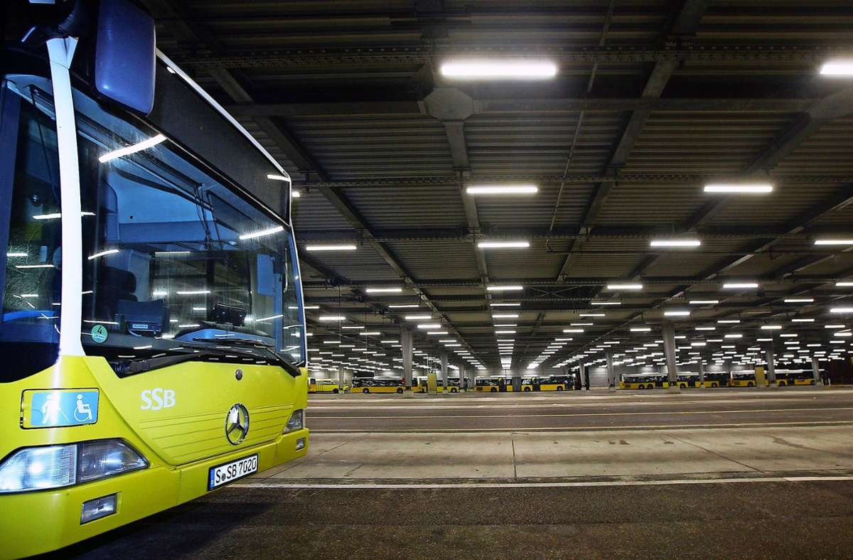 Busse im Depot: Hier haben die Fahrzeuge Platz. Wenn sie im Stadtgebiet unterwegs sind, ist das nicht immer so. Foto: Archiv Lg/Achim Zweygarth/h