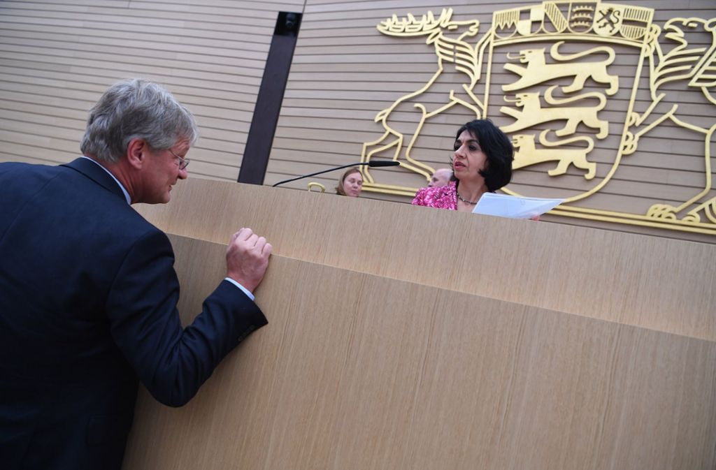 AfD-Politiker Jörg Meuthen im Gespräch mit Landtagspräsidentin Muhterem Aras (Grüne). Foto: dpa