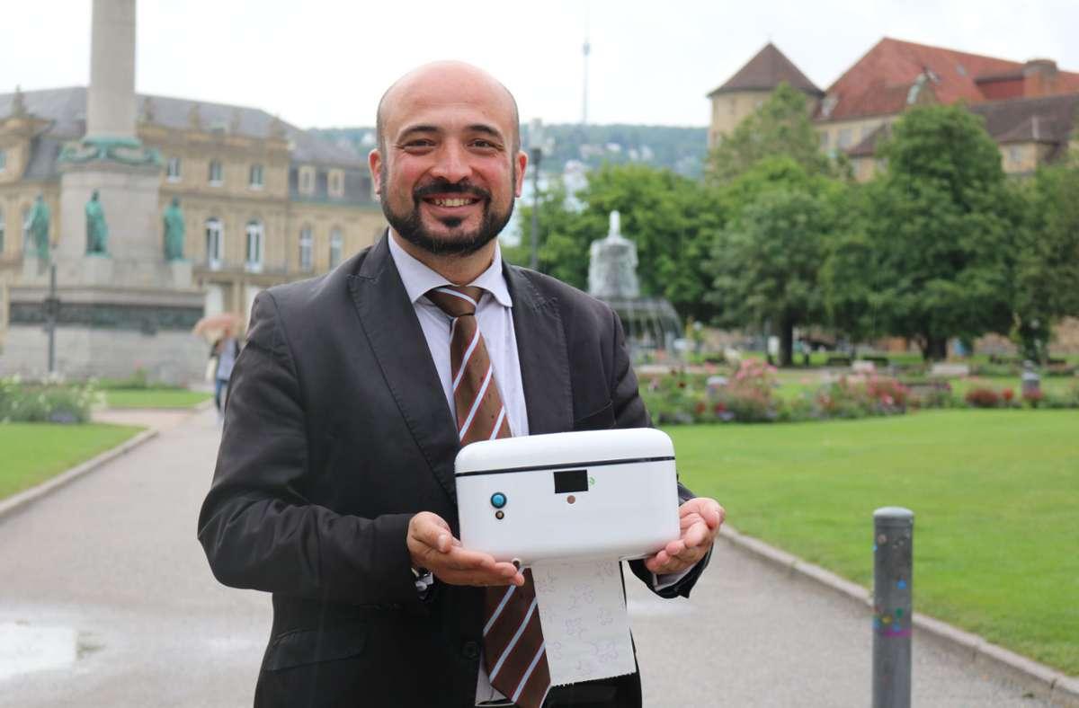 Hasan Aydogan ist stolz auf seine Erfindung: Den nach seinen Worten ersten Klopapier-Wärmer Foto: StZN/Jonas Schöll