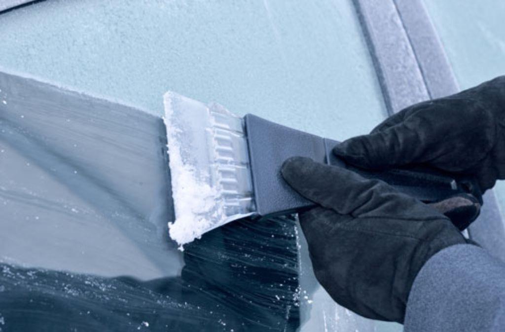 Sind die Scheiben im Winter vereist, ist das Freikratzen Pflicht! Und mit dem passenden Eiskratzer und Handschuhen kein Problem. Wie Autofahrer gut durch die kalte Jahreszeit kommen, lesen Sie hier! Foto: Shutterstock/Olaf Naami