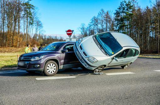 Kurioser Unfall: Auto an Auto gelehnt
