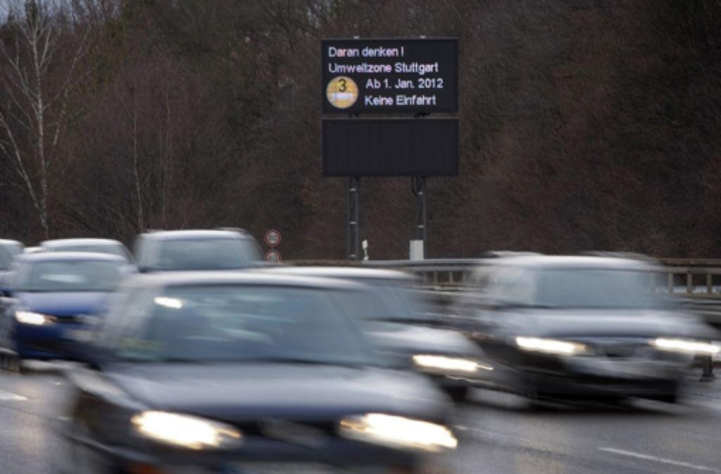 Nun können auch parkende Autos kontrolliert werden, ob sie in Stuttgart mit der zulässigen Umweltplakette unterwegs sind. Foto: Steinert