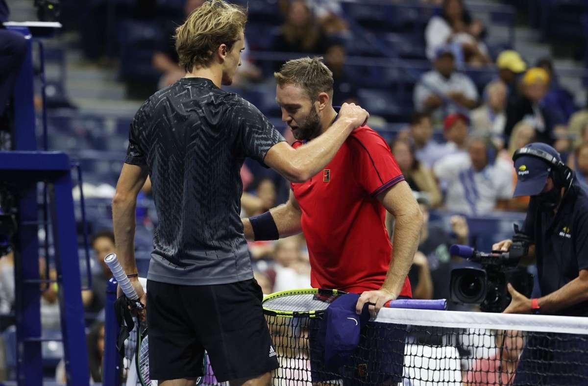 Alexander Zverev (links) tröstet seinen Gegner Jack Sock. Foto: AFP/AL BELLO