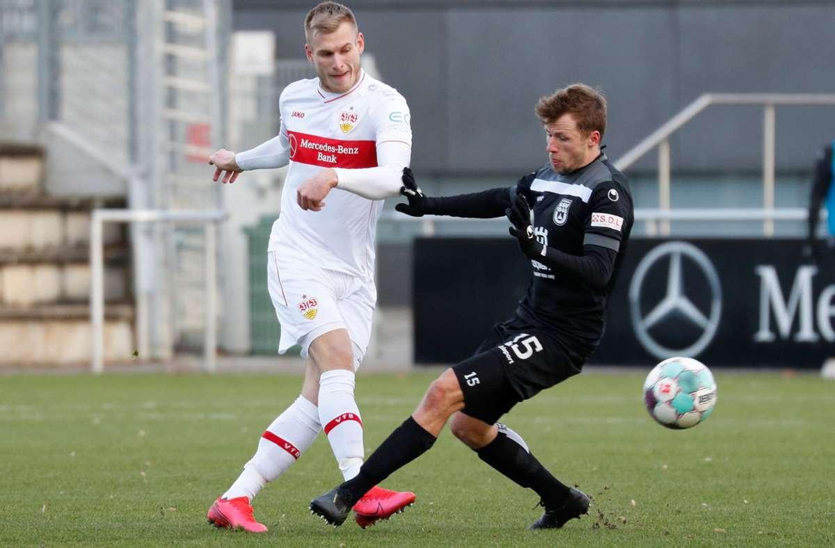 Marcel Sökler (li.) gegen den Ulmer Marcel Schmidts: In dieser Regionalligasaison kommt der Stürmer nur unregelmäßig zum Einsatz. Foto: Baumann