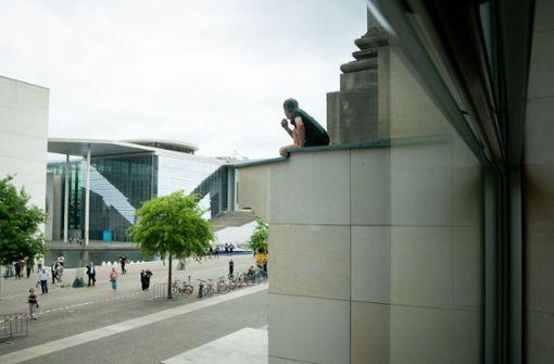 Mann klettert auf Berliner Reichstag