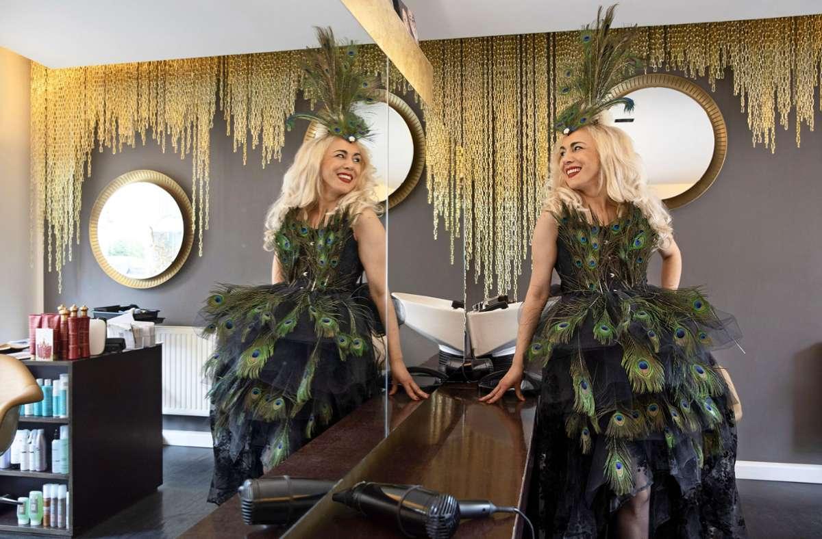 Die doppelte Ayse Caliskan als Pfau –   einmal in echt, einmal als Spiegelbild Foto: Frank Eppler