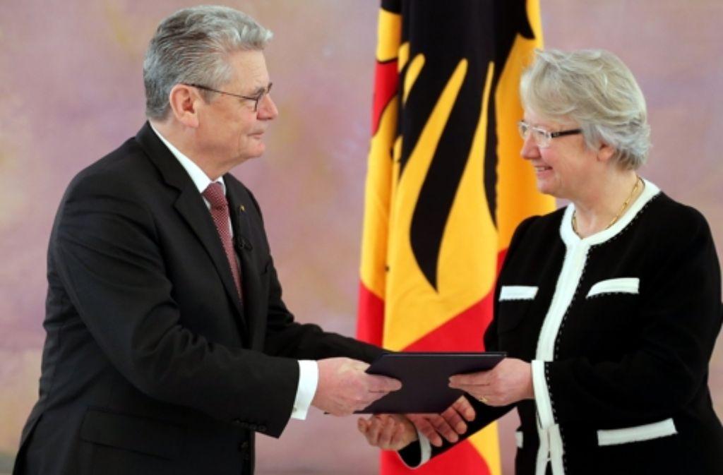 Bundespräsident Gauck überreicht Schavan Anfang 2013 die Entlassungsurkunde. Foto: