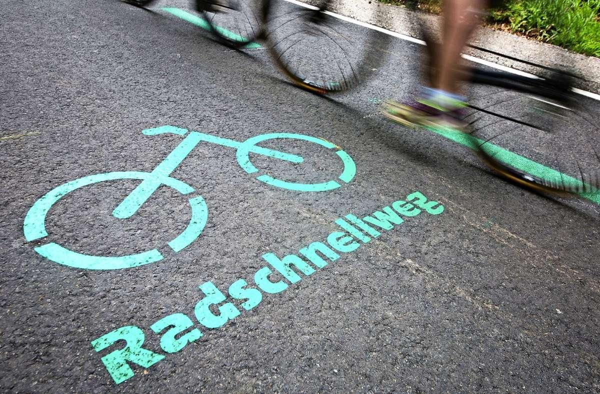 Müssen für den Ausbau von Radschnellwegen Parkplätze weichen? Foto: dpa/Christoph Schmidt