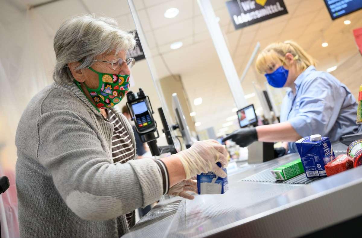 In Meckelburg-Vorpommern könnte die Maskenpflicht im Einzelhandel bald wegfallen. (Symbolbild) Foto: dpa/Sebastian Gollnow