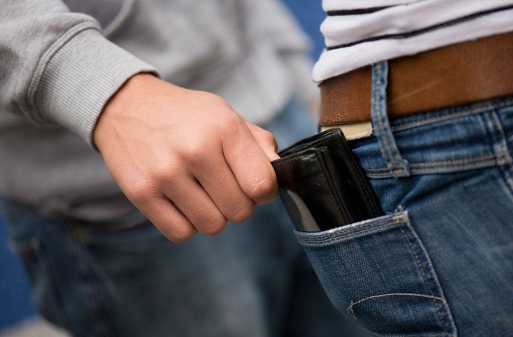 Ein 37-Jähriger versuchte in Stuttgart-Mitte einen jungen Mann zu beklauen (Symbolbild). Foto: dpa-Zentralbild