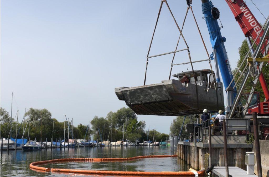 Die Bergungsarbeiten des 15 Meter langen Schiffs wurden mit zwei Autokränen erledigt. Foto: dpa