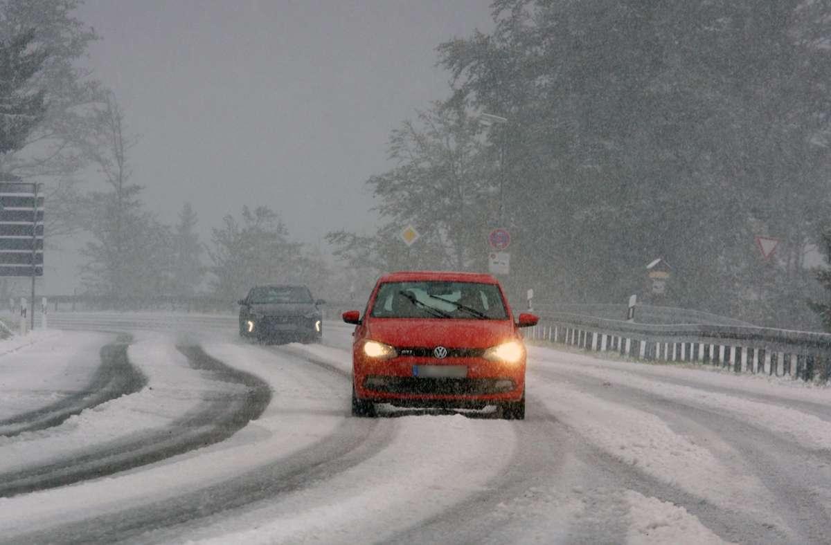 Den Meteorologen zufolge ist am Dienstag in der Früh zeitweise mit Schnee und Schneeregen zu rechnen (Archivbild). Foto: dpa/Andreas Rosar