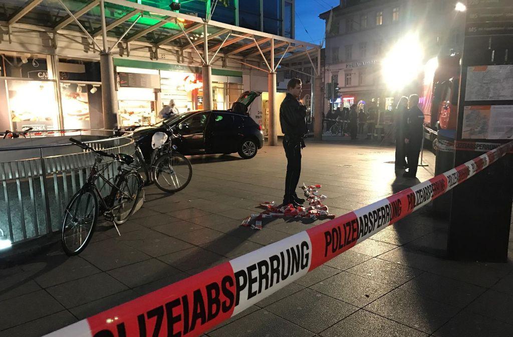 Großeinsatz in Heidelberg: Auf dem zentralen Bismarckplatz in Heidelberg ist ein Mann mit seinem Fahrzeug in eine Menschenmenge gefahren. Ein 73-Jähriger kam ums Leben. Foto: 7aktuell.de/Simon Adomat
