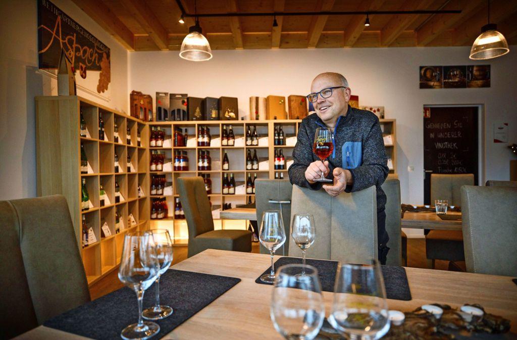 Joachim Schöffler betreut die neue Vinothek in Kleinaspach. Foto: Gottfried Stoppel