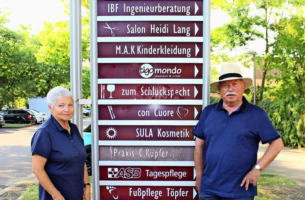 Die Eheleute Annemarie und Dieter Franz haben sich vor bald 20 Jahren für die Aufstellung des Wegweisers in Heumaden starkgemacht. Foto: Caroline Holowiecki