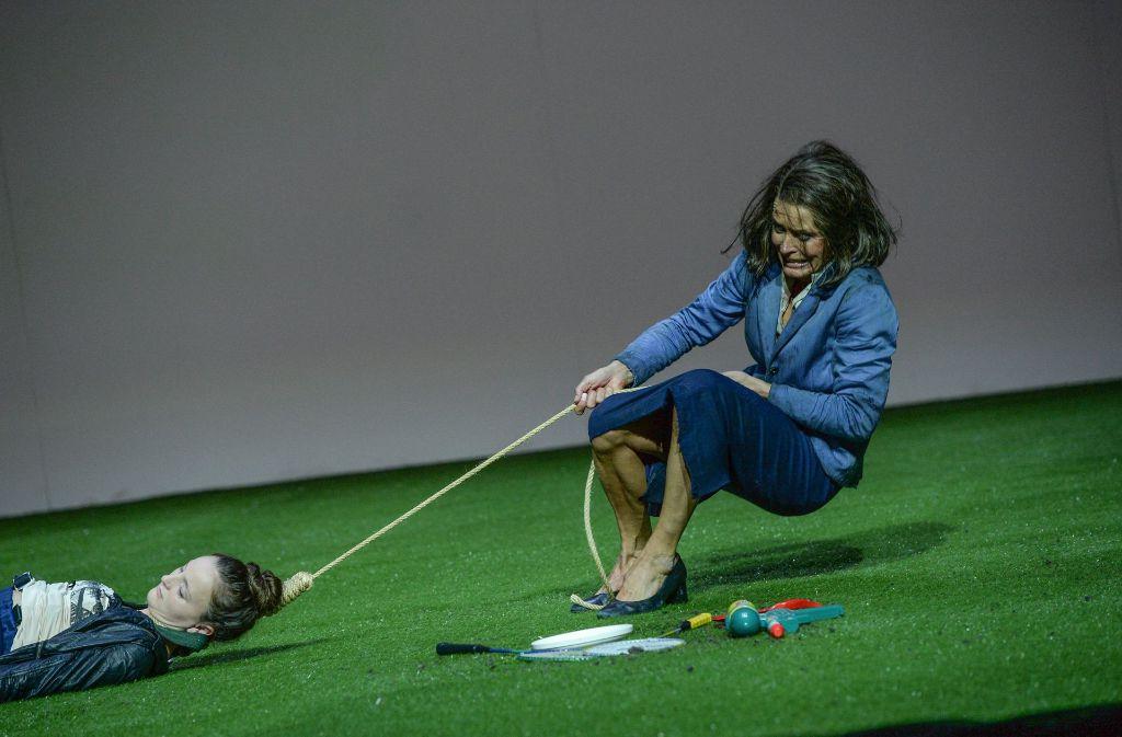 Am Ende wird sie  blind und zieht ihre tote Tochter hinter sich her: Ulrike Folkerts als obdachlose Cookie  und Celina Rongen als an Drogen zugrunde gegangene Dawn. Foto: Theater