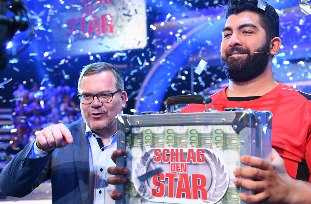 Comedian Faisal Kawusi (rechts, neben Moderator Elton) hat sich gegen Ralf Möller durchgesetzt und 50.000 Euro gewonnen. Foto: Pro Sieben/Willi Weber