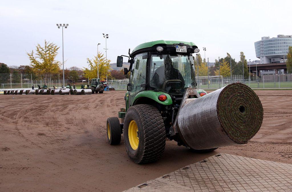 Der neue Rasen für den VfB Stuttgart wird angeliefert. Foto: Pressefoto Baumann