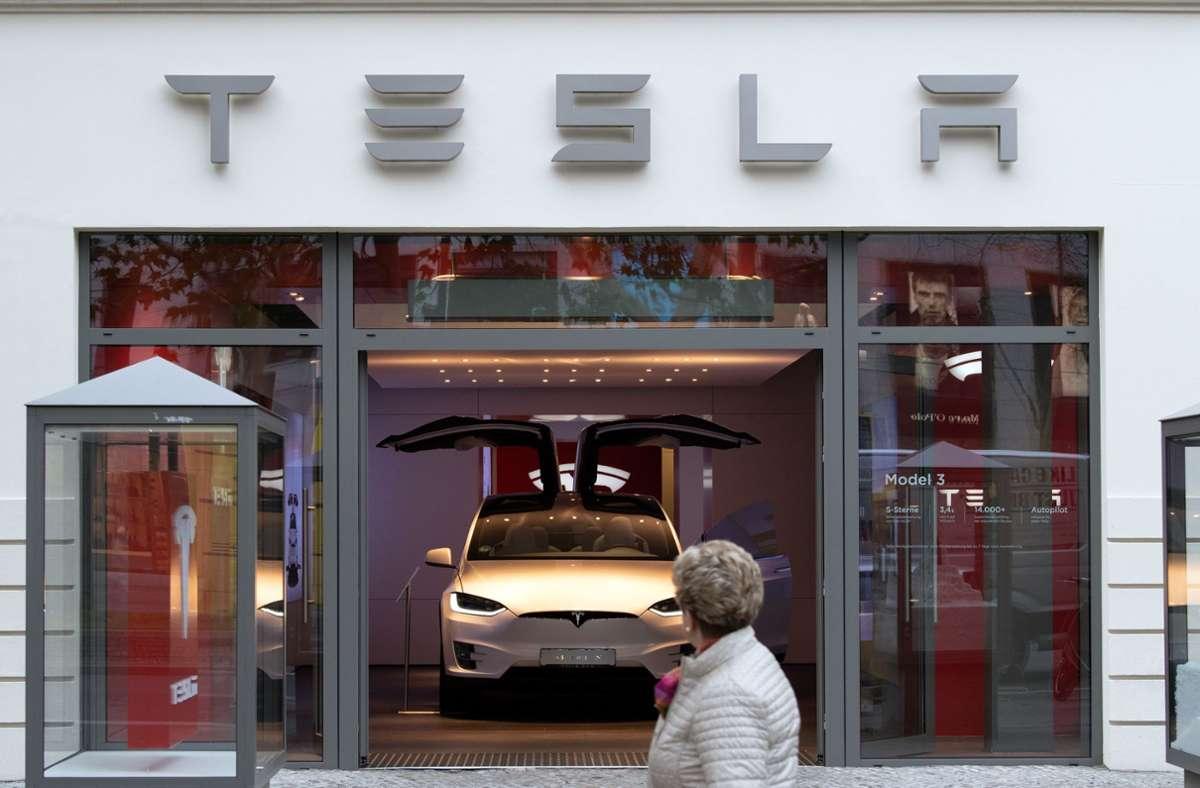 """Teslas """"Autopilot"""" kann - ähnlich wie die Assistenzsysteme vieler anderer Hersteller - Spur, Tempo und den Abstand zu einem vorausfahrenden Fahrzeug halten. Foto: dpa/Soeren Stache"""