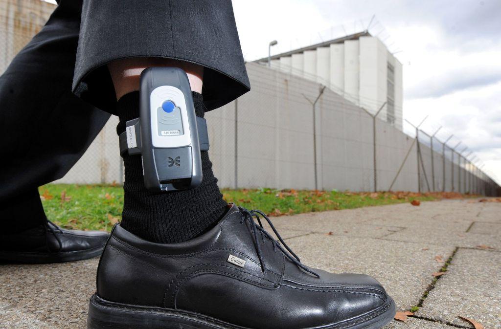 Die Fußfessel soll nach Meinung von Guido Wolf auch bei weniger schweren Straftaten zum Einsatz kommen. (Symbolbild) Foto: dpa