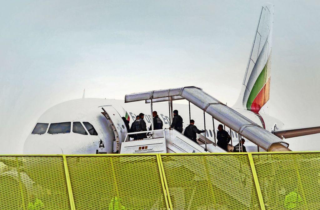 Abgewiesene Asylbewerber steigen am Baden-Airpark in ein Flugzeug. Foto: dpa