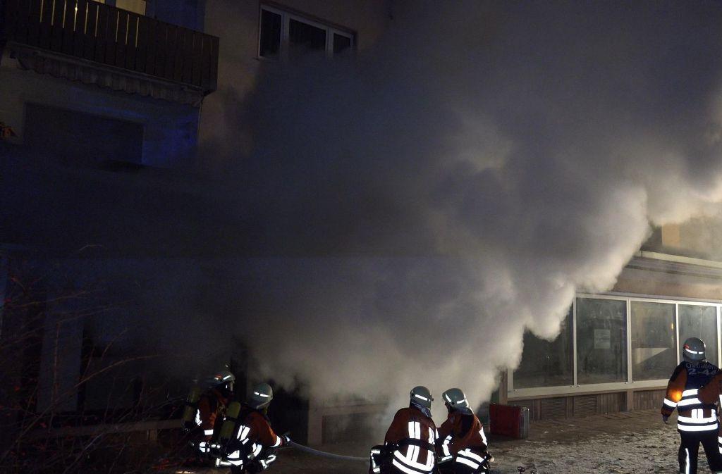 Das im Bereich des Tresens ausgebrochene Feuer verursacht starken Rauch. Foto: 7aktuell.de/Alexander Hald