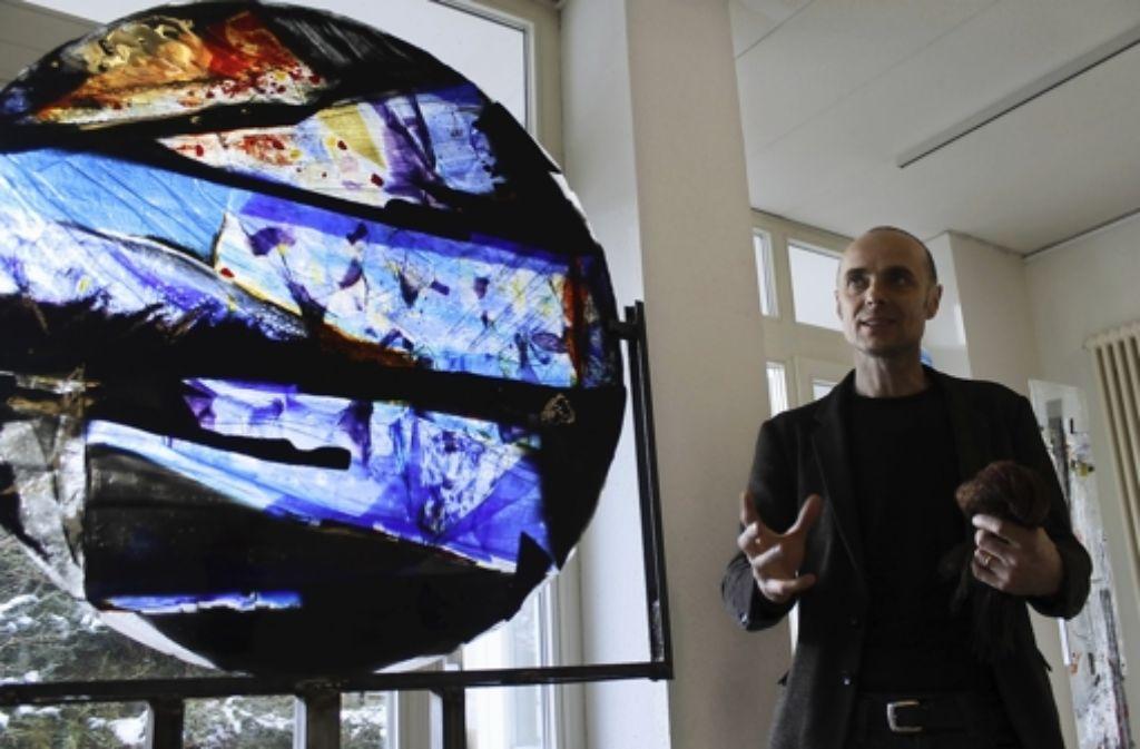 Henning Haukes Glaskunstwerke leuchten spektakulär. Er verwendet dafür eine spezielle Technik. Foto: Martin Bernklau