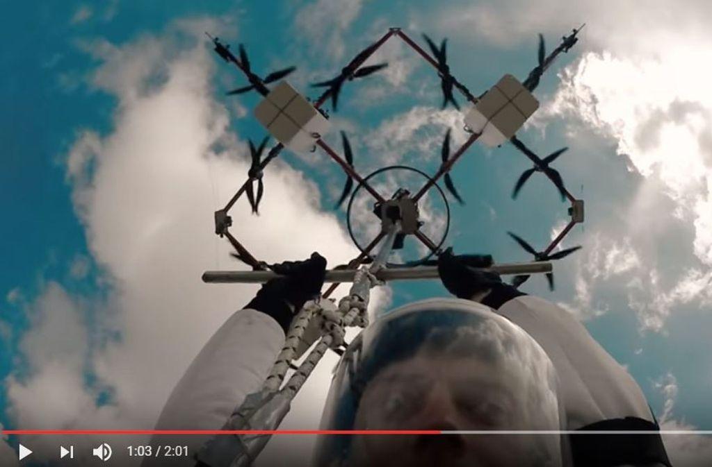 """""""Ein fantastisches Gefühl"""", sagte Augstkalns nach der Landung auf einer abgelegenen Wiese in der Nähe des lettischen Orts Mali. Foto: Screenshot Youtube/@Aerones"""