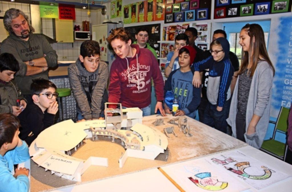 In mehreren Arbeitsgruppen entwickelten Jugendliche und Kinder mit den Architekten verschiedene Pläne und Modelle für die Erweiterung des Jugendtreffs. Foto: Georg Friedel