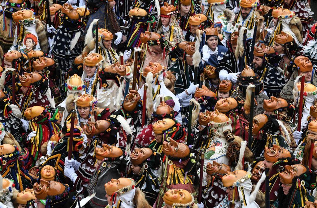 Mehrere Tausend verkleidete Teilnehmer sind jedes Jahr beim Rottweiler Narrensprung dabei. Foto: dpa/Patrick Seeger