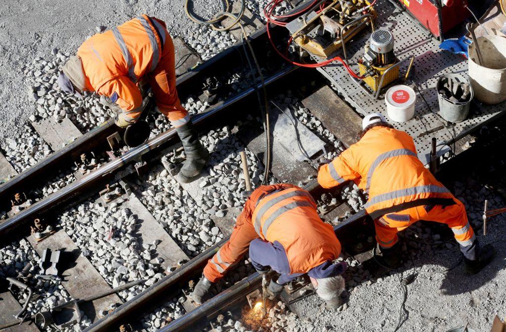 Reparaturarbeiten an einem Gleisbett. Bei der Bahn ist der Sanierungsstau weiterhin groß – obwohl es Zuschüsse in  Milliardenhöhe gibt. Foto: dpa