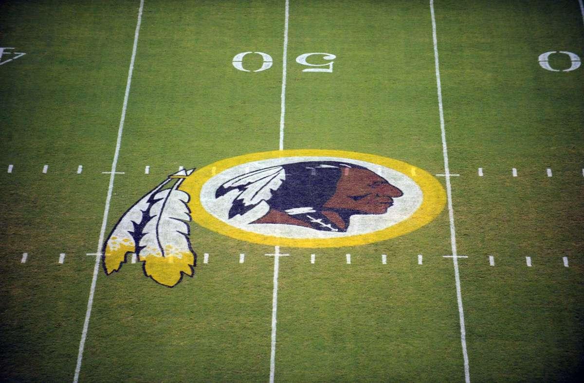 Das Logo der Washington Redskins auf dem Spielfeld: Der Druck in der Debatte um den als rassistisch empfundenen Namen des NFL-Teams Washington Redskins nimmt zu. Foto: dpa/Nick Wass