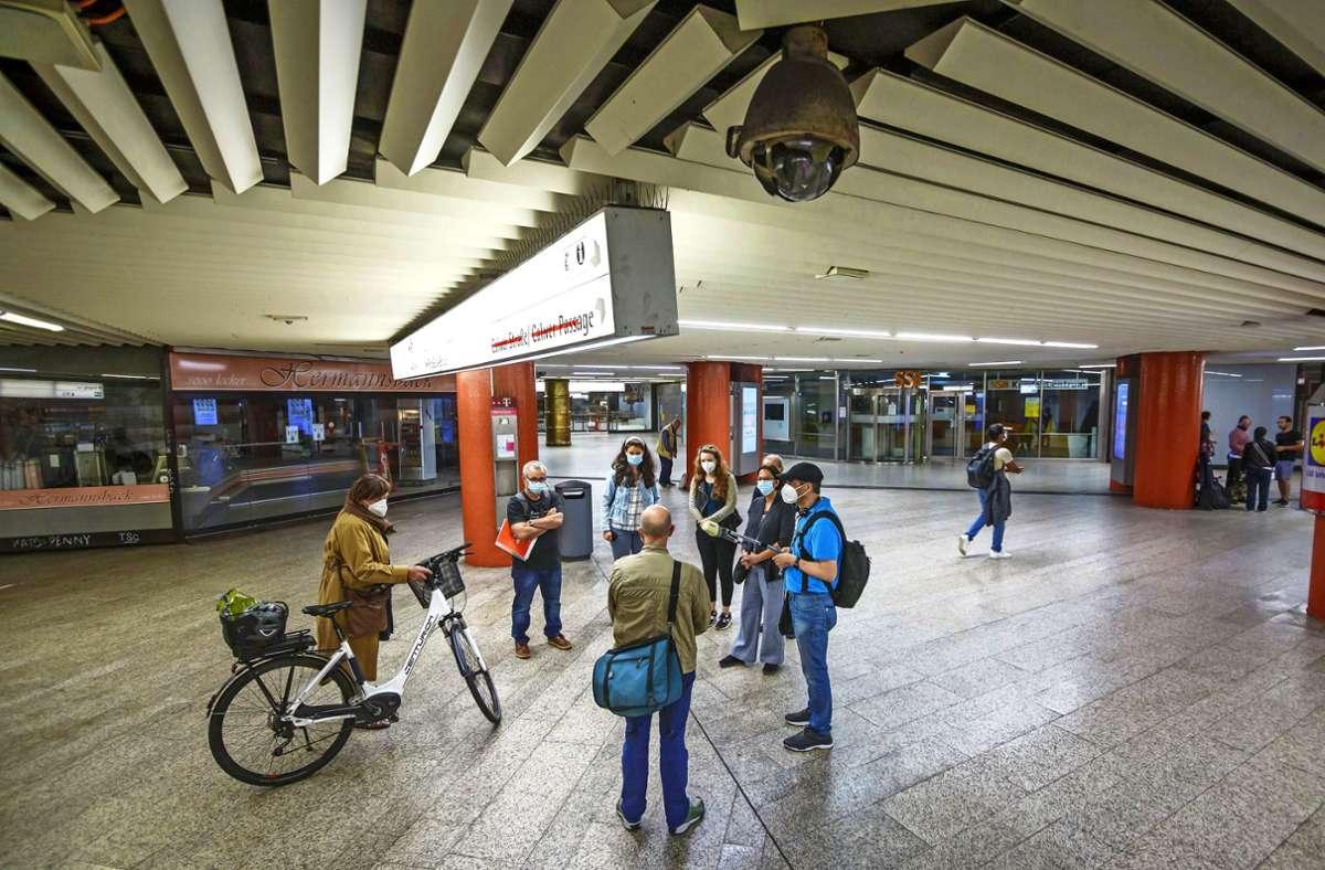 Zwei Überwachungskameras (eine oben rechts) in der U-Bahn-Station Rotebühlplatz sind übrig. In der Mitte: Rolf Berger mit der   großen Streetworkertasche. Foto: Lichtgut/Julian Rettig