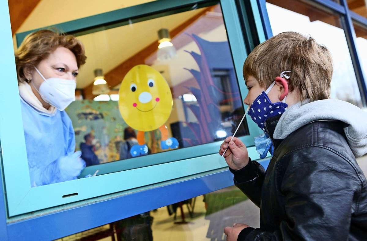 Grundschüler können sich mittlerweile vielerorts selbst testen. Für Kita-Kinder erarbeitet Stuttgart derzeit ein Konzept. Foto: dpa/M. Bein