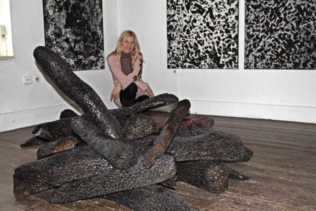 """Sigita Laubengaier mit ihrer Holzskulptur """"Gratisknochenarbeit"""" Foto: Sabine Schwieder"""