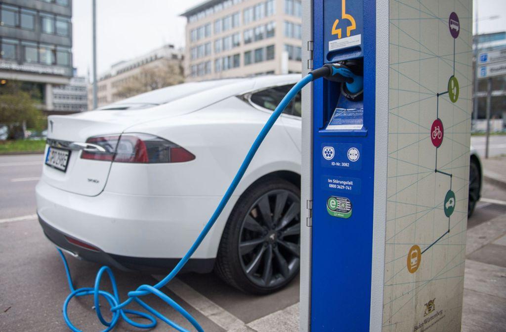 Umgerechnet mehr als 150 Gramm CO2 pro Kilometer emittiert ein Tesla, sagt die Studie. Foto: dpa