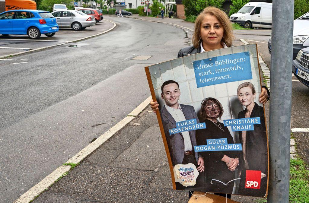 Güler Dogan-Yüzmüs ist empört: Ihr Konterfei ist als einziges schwarz übermalt. Sie fühlt sich diskriminiert. Foto: factum/