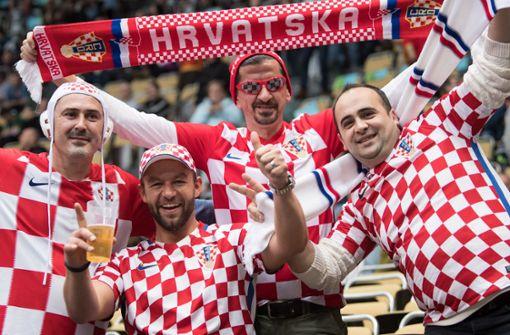 Kroatische Fußballfans singen Baby in den Schlaf