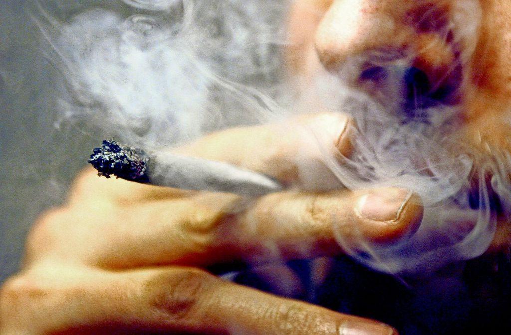 Beim Großteil der Drogendelikte von Schülern geht es um Cannabis. Foto: dpa