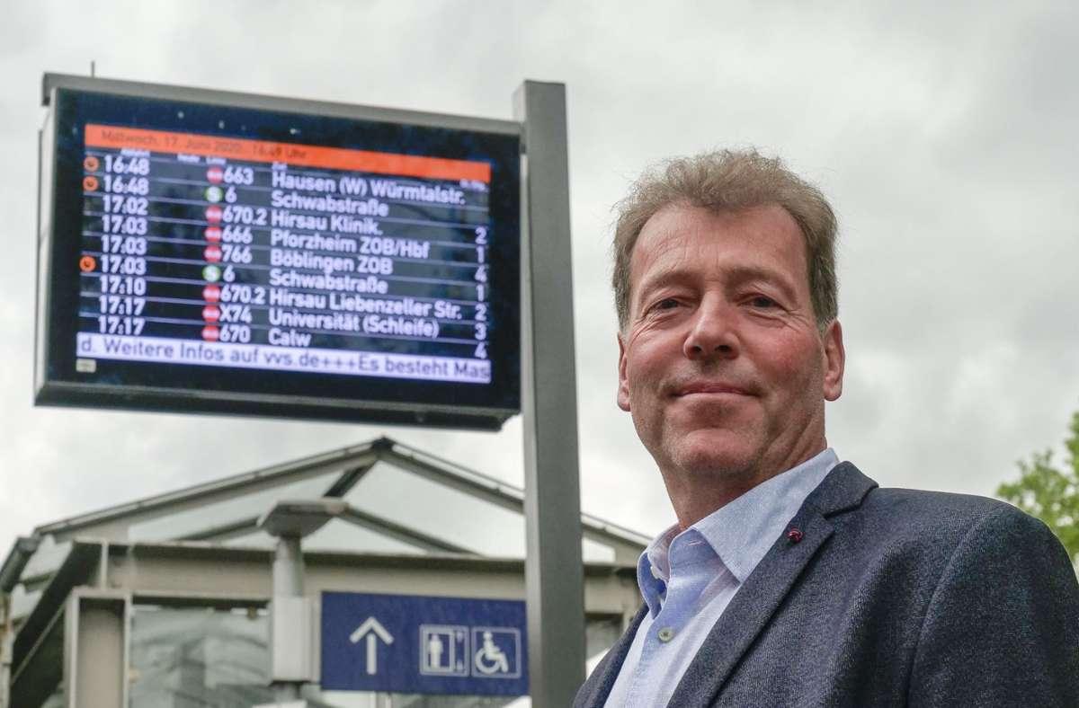 Um 17.17 Uhr fährt die X74 von Jürgen Stäbler zur Universität, kündigt die Tafel in Weil der Stadt an. Foto: factum/Simon Granville