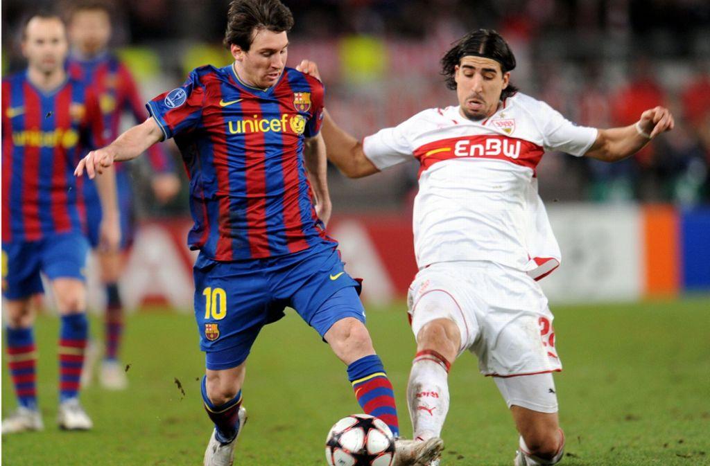 Das waren noch Zeiten: Sami Khedira (rechts) spielte auch einst mit dem VfB schon in der Champions League wie hier 2010 gegen den FC Barcelona um einen gewissen Lionel Messi. Foto: dpa/Bernd Weissbrod