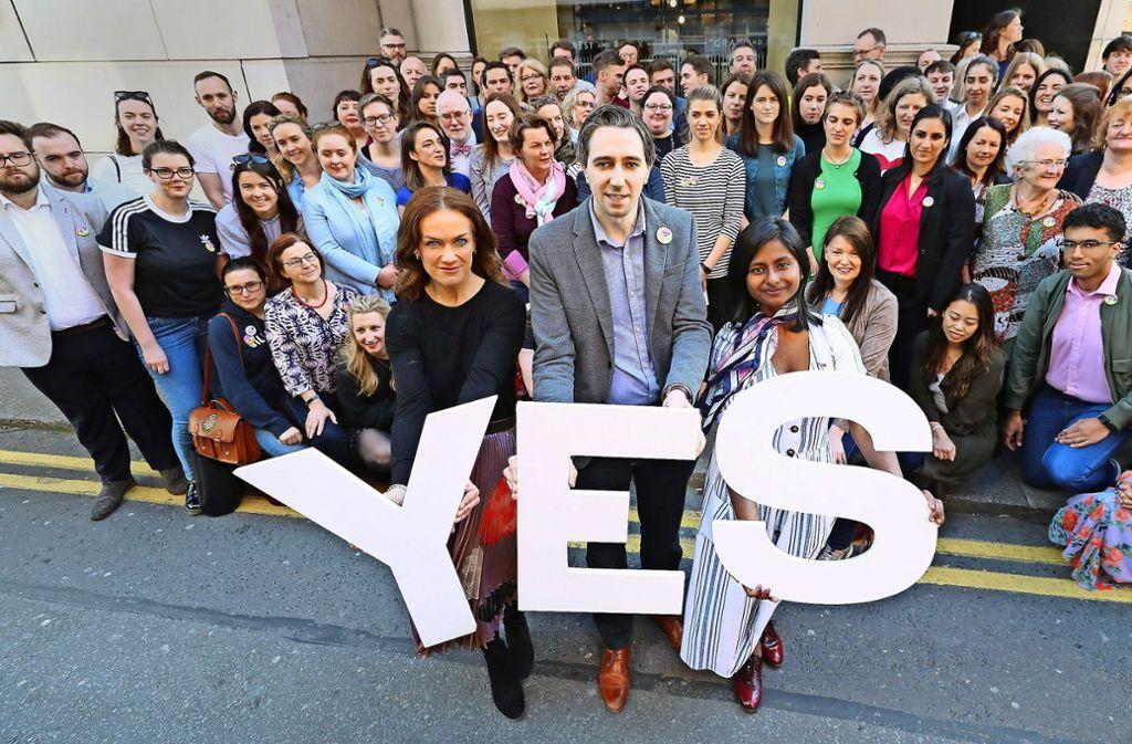 Die Medizinerin Rhona Mahony,  der irische Gesundheitsminister Simon Harris und eine Medizinstudentin   (von links) werben für ein Ja, doch die Gegner des Referendums machen ebenfalls mobil. Foto: dpa
