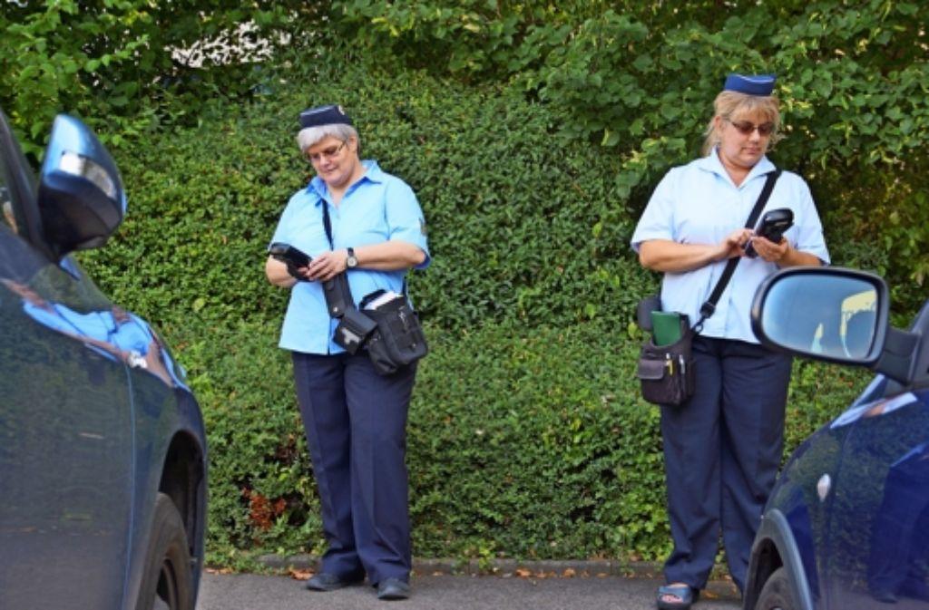 Karen Rath (links) und Susanne Pavkovic überwachen den ruhenden Verkehr auf Stuttgarts Straßen. Foto: Waltraud Daniela Engel
