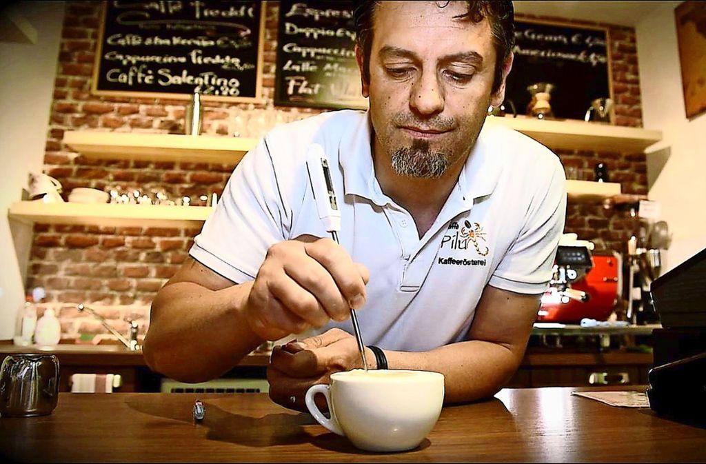 Sebastiano Pilu verziert in seinem Café in Waiblingen einen Cappuccino. Foto: STZN/Weingand