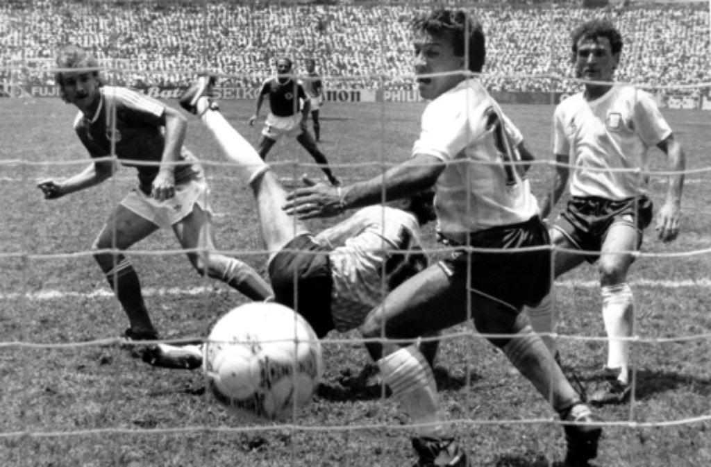 WM-Finale 1986: Der deutsche Stürmer Rudi Völler (links) köpft in der 83. Minute zum 2:2-Ausgleich gegen Argentinien ein. Der fallende Torhüter Nero Pumpido (Mitte) und Abwehrspieler Julio Olarticoechea (vorn) haben das Nachsehen. Die deutsche Fußballnationalmannschaft verliert am 29.06.1986 vor 114.600 Zuschauern im Azteken-Stadion in Mexiko-Stadt das Weltmeisterschafts-Finale gegen Argentinien am Ende mit 2:3. Foto: dpa
