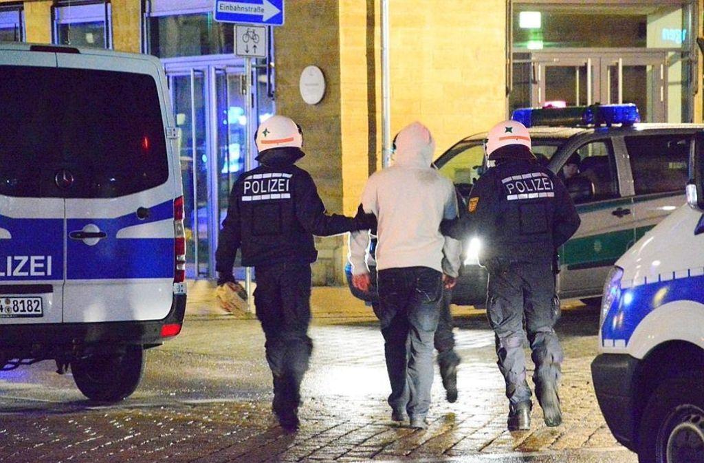 Die Polizei hat viel zu tun, wenn rivalisierende Straßenbanden aufeinandertreffen – wie hier 2015 in Ludwigsburg Foto: dpa