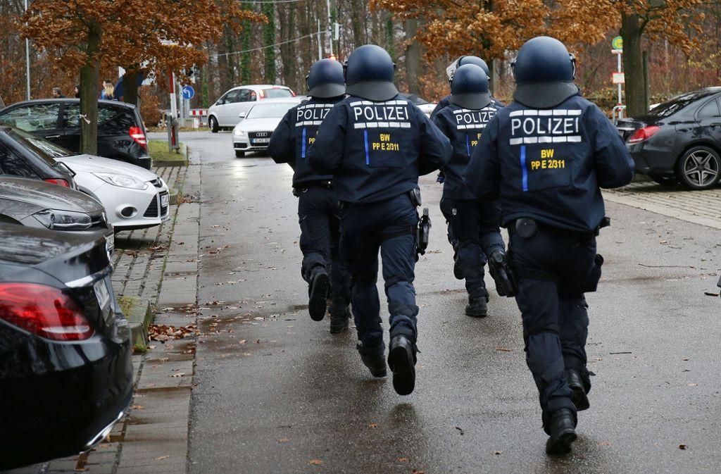Polizisten hatten am Sonntag auf der Waldau einiges zu tun. Foto: Pressefoto Baumann