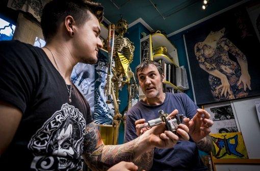 Luke Atkinson (rechts) bringt Leon Weidle die Feinheiten seines Handwerks bei. Foto: Lichtgut/Max Kovalenko