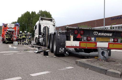 Lkw fährt Ampelmast um – 150 Liter Kraftstoff ausgelaufen